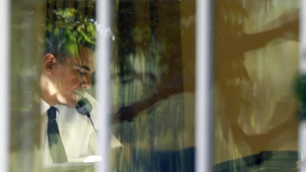 FREDSPRISVINNEREN: Barack Obama tok et par telefoner fra kontoret i går, blant annet til Thorbjørn Jagland. Foto: REUTERS/Jason Reed/Scanpix