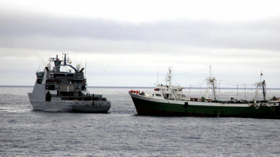 """ULOVLIG FISKE: I 2006 tok KV """"Svalbard"""" denne tråleren for å ha fisket i Smutthullet. En rapport avlevert til Helga Pedersen viser at nordmenn er med i internasjonale nettverk som omsetter ulovlig fisk. Nå kommer det penger til å etterforske dem. Foto: Kystvakten / SCANPIX    HANDOUT"""