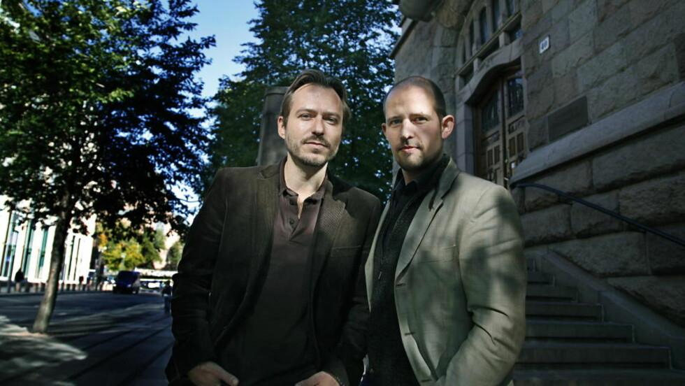 ALLIANSE: Biografene Stian Bromark (t.v.) og Halvor Finess Tretvoll er åpenbart begeistret for den biograferte.  Foto: Jacques Hvistendahl