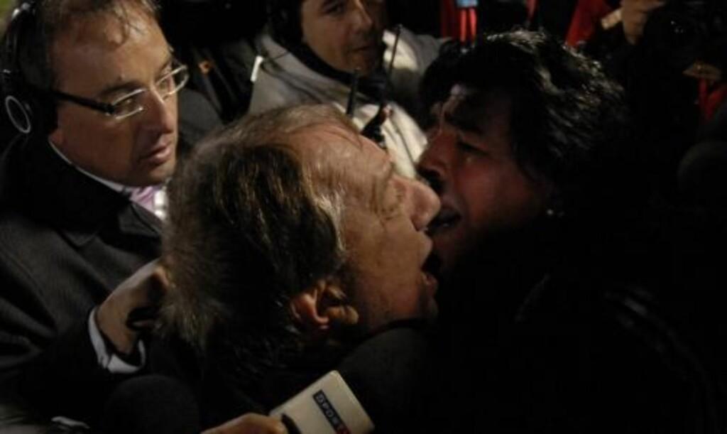 BENEKTER KRANGEL: Landslagstrener Diego Maradona benekter at han er uvenner med Argentinas manager Carlos Bilardo. Her omfavner de hverandre etter at VM-plassen er sikret. Foto: Andres Cuenca, AP/Scanpix