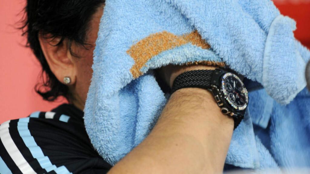 PÅ TIDE Å KASTE INN HÅNDKLEET? Diego Maradona tørker ansiktet under pressekonferansen etter seieren mot Uruguay. Maradonas angrep mot journalistene vil neppe bedre forholdet dem imellom. Kritikken fortsetter mot Argentinas høyst variable innsats i VM-kvaliken, selv om plassen ble reddet i siste kamp. Foto: Pablo Porciuncula, AFP/Scanpix