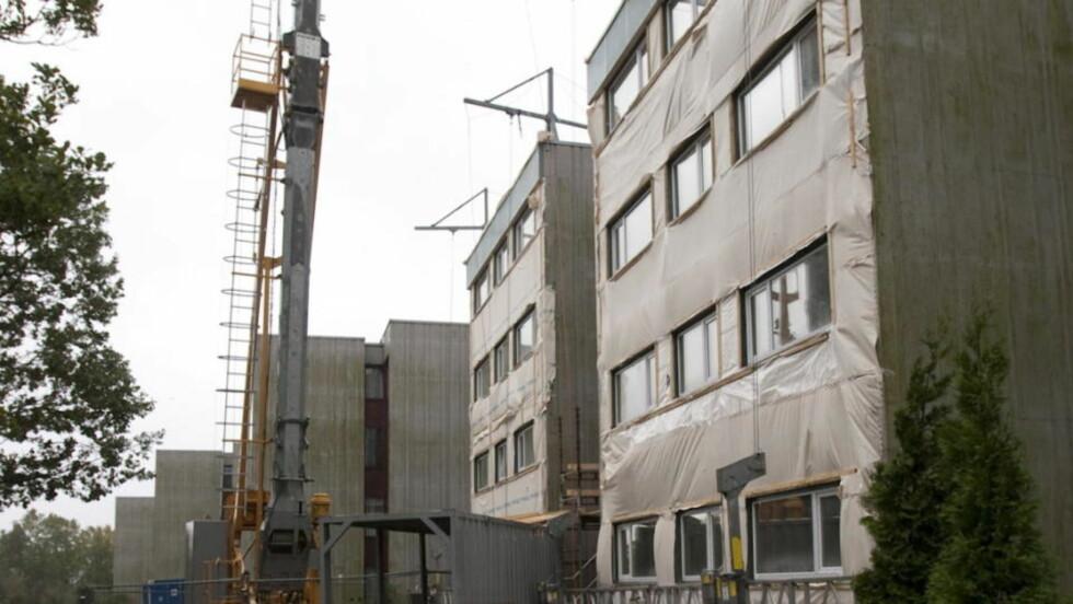 NORGE HENGER ETTER Dette bildet viser Tinnbo borettslag i Kristiansand, som har satt i gang en omfattende rehabilitering for å spare strøm- og oppvarmingskostnader. Men Norge er generelt alt for dårlige til å gjennomføre tiltak for energieffektivisering, ifølge en ny rapport fra det internasjonale energibyrået. Foto: TOR ERIK SCHRØDER