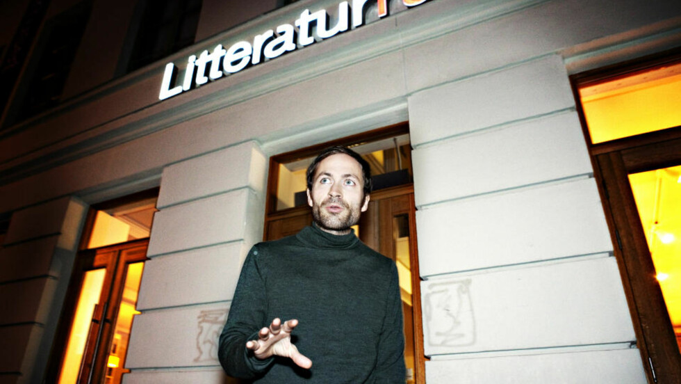 - TØFFE SPØRSMÅL: Morgenbladet-journalist Simen Sætre mener stilen hans i kveldens intervju ikke var spesielt hard. Han ble overrasket da Nore slo ham i ansiktet. Foto: NINA HANSEN