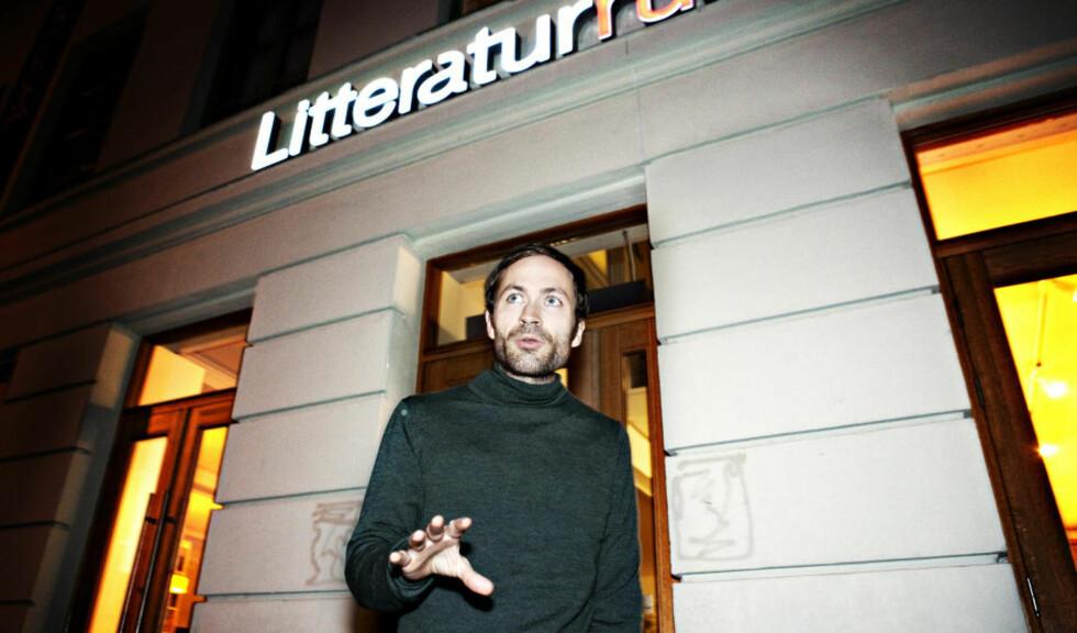 - OVERRASKET: Morgenbladet-journalist og forfatter Simen Sætre sier spørsmålstillingen var tøff, men at han var overrasket da Aslak Nore gikk til fysisk angrep på ham på Litteraturhuset i kveld. Foto: NINA HANSEN