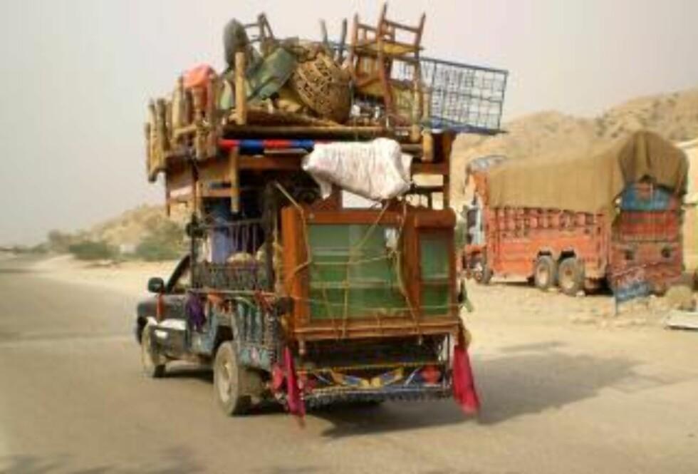 FLYKTER: Hundretusener av sivile kan bli tvunget på flukt på grunn av de harde kampene  Sør-Waziristan. Nærmere 90 000 sivile skal ha rømt regionen den siste tiden. (EPA/SAOOD REHMAN)