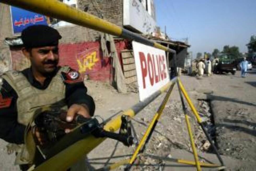 VEISPERRINGER: Det er satt opp veisperringer inn til Sør-Waziristan, og hæren prøver å kontrollere alle som forlater regionen i jakt på opprørere. (EPA/ARSHAD ARBAB)