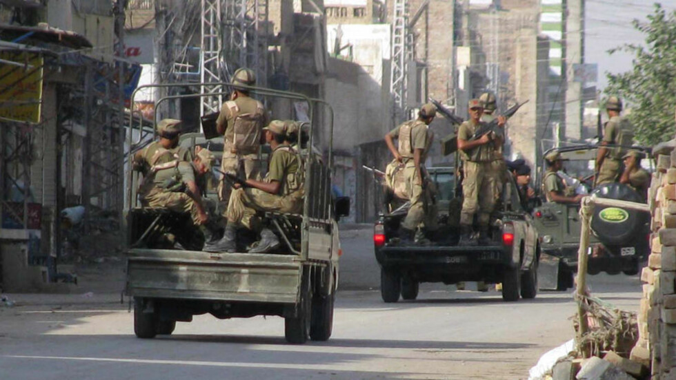 SKAL KJEMPE MOT TALIBAN: Pakistanske tropper forbereder seg på offensiven i Sør-Waziristan. Nærmere 30 000 soldater er involvert i aksjonen som skal kjempe mot en av Talibans sterkeste befestede styrker i Pakistan. (AP Photo/Ijaz Muhammad)