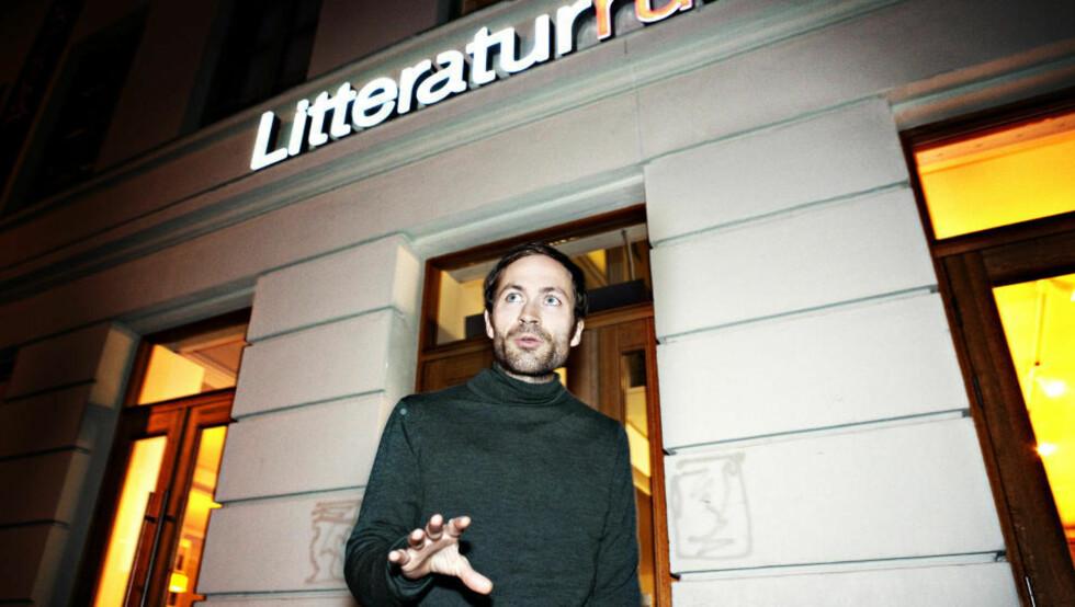 - TØFFE SPØRSMÅL: Morgenbladet-journalist Simen Sætre mener stilen hans i Litteraturhuset-intervjuet var tøff og nå angrer han. Han ble overrasket da Nore slo ham i ansiktet. Foto: NINA HANSEN