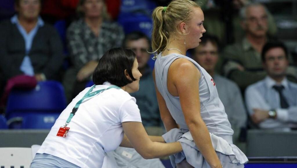 GA MOTSTANDEREN SEIER PÅ WALKOVER: Caroline Wozniacki var bare ett game unna seieren da hun avbrøt kampen mot Anne Kremer på grunn av en strekk i låret. En samtale med faren Piotr noen sett i forveien, som ble fanget opp av mikrofoner, utløste imidlertid et skred av spill på Kremer. Foto:  REUTERS/Sebastien Pirlet