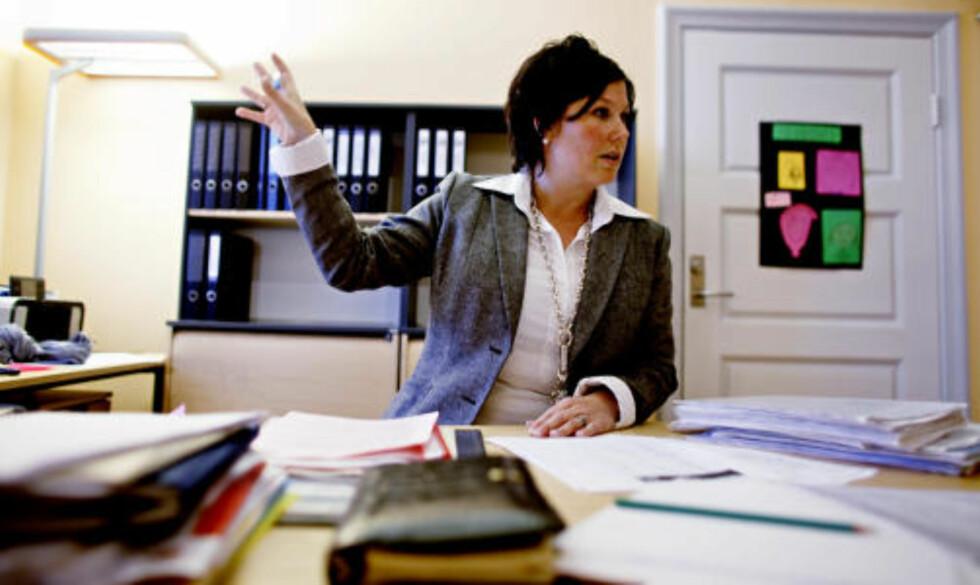 HEKTISK: Også kontorpersonalet til rektor Line Andreassen er sendt hjem med svineinfluensa symptomer, og mye av dagen i dag gikk med til å få ut fersk informasjon, telle syke elever og håndtere media. Foto: KRISTER SØRBØ