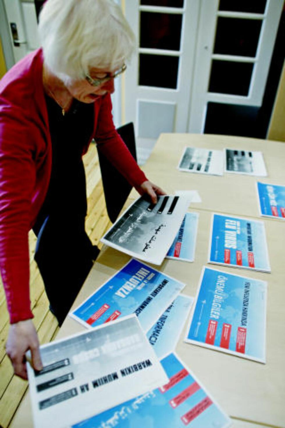 KOMPLISERT INFOARBEID: - Jeg trenger brosjyrer på åtte forskjellige språk til mine elever, sier Ragnhild Vasland ved mottaksgruppa til ungdomstrinnet på Sagene skole. Foto: KRISTER SØRBØ