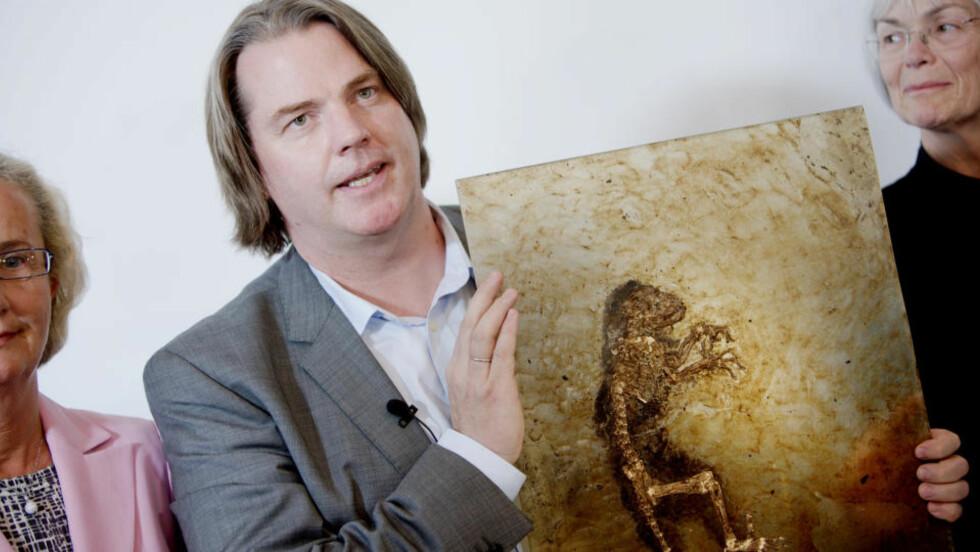 """<strong>BERØMT:</strong> Jørn Hurum viste frem fossilen """"Ida"""" for første gang til norsk presse under en pressekonferanse ved Zoologisk museum i Oslo i mai.FOTO: SCANPIX"""