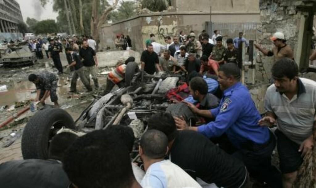 SPRER FRYKT: Minst 132 ble drept da to bilbomber gikk av, i det blodigste bombeangrepet i Bagdad siden august. Foto: Scanpix