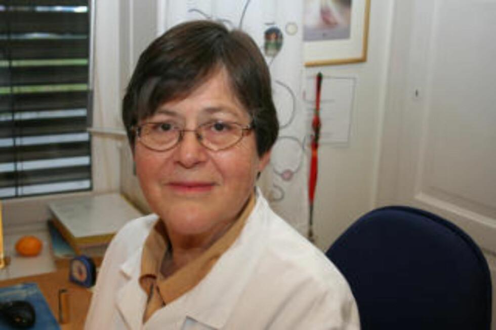 KRITISK: Smittevernprofessor Bjørg Marit Andersen reagerer på oppfordringen til å hoste og nyse i armkroken.