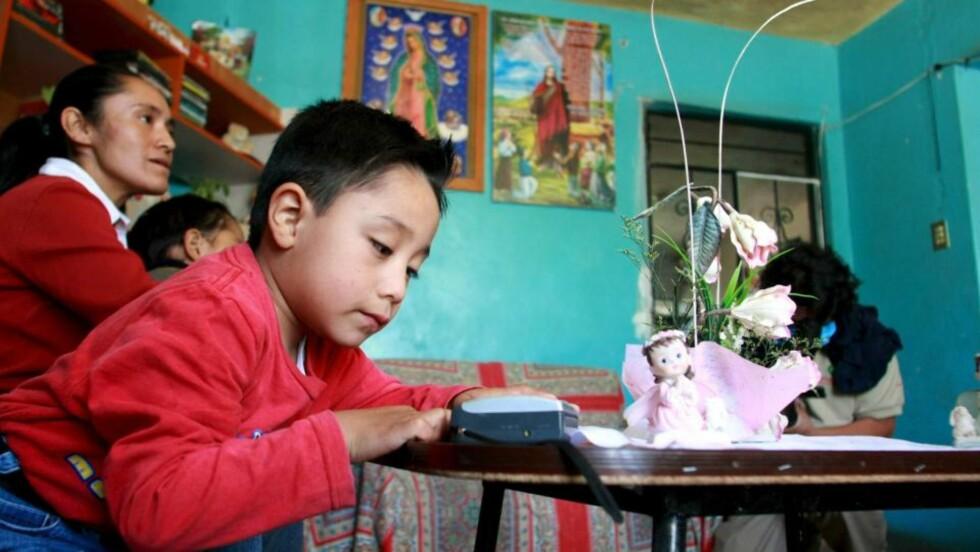 """""""CHILD ZERO:"""" Edgar Hernandez var fire år gammel da han fikk svineinfluensa i vår. Han var den første som ble testet og fikk bekreftet at det dreide seg om den nye typen influensa. Men mange var syke før ham, antakelig hadde smitten rammet mennesker allrede fra september 2008. Svært mange i den meksikanske landsbyen La Gloria ble syke. Her mente mange at viruset hadde oppstått ved en industriell grisefarm i byen, men det er ikke blitt påvist. Foto: EPA/SAUL RAMIREZ"""