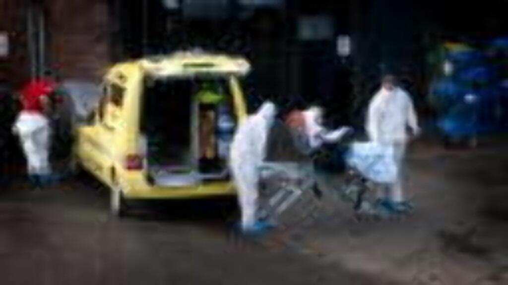 KREVDE SITT 13. LIV I DAG: Her ankommer en kvinne med mistanke om svineinfluensasmitte Legevakta i Oslo. Både hun og pleierne er kledd i verneutstyr. Illustrasjonsfoto: Øistein Norum Monsen/DAGBLADET