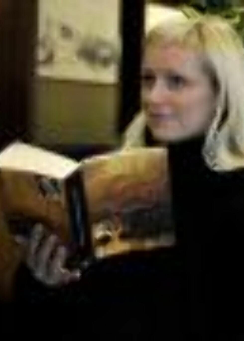 TREDJE PÅ VEI: Ingvild Rønneberg konstaterer at å vente på vaksine er en god unnskyldning for å lese favorittboka på kafe. Hun er gravid med tredje barn på vei. Foto: Øistein Norum Monsen/Dagbladet