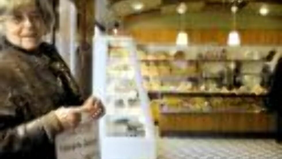 SVINEAKTIG BILLIG: Med bare 1,50 per bolle feirer Kari at bakeriet er nyåpnet etter restaurereringen. Foto: Øisten Norum Monsen/Dagbladet