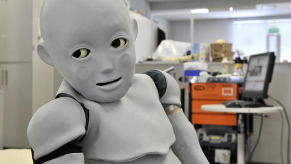 UHYGGELIG: Denne barneroboten, CB2, lærer å tenke og oppføre seg som en baby på universitetet i Osaka. Men hvor mange mødre ville tatt den til sitt bryst? Foto: AFP PHOTO / YOSHIKAZY TSUNO / SCANPIX
