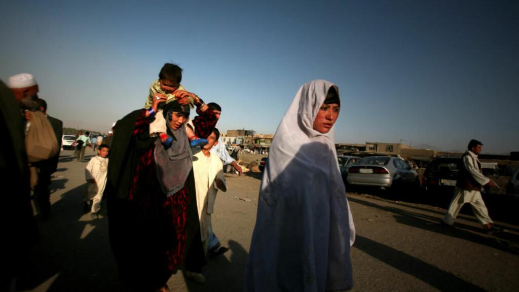 OMFATTENDE STEMMEJUKS: Kvinnenes stemmer ble manipulert i stor stil ved det afghanske presidentvalget i august. Det er ikke gjort store anstrengelser for at det ikke skal skje igjen. Foto: Altaf Qadri/AP