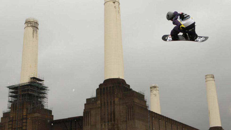 KRAFTHOPP: Sondre Tiller henger høyt med det nedlagte kullkraftverket Battersea Power Station i London i bakgrunnen. Foto: Sang Tan, AP/Scanpix