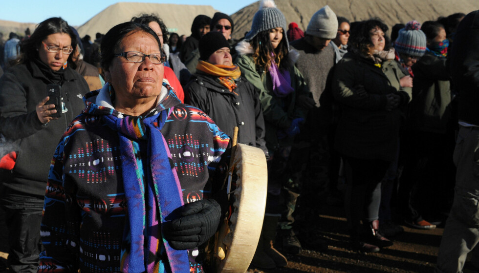 HOLDER STAND: Demonstranter ved Standing Rock Indian Reservation i Mandan, Nord-Dakota i helga. Foto: Stephanie Keith / Reuters / NTB Scanpix