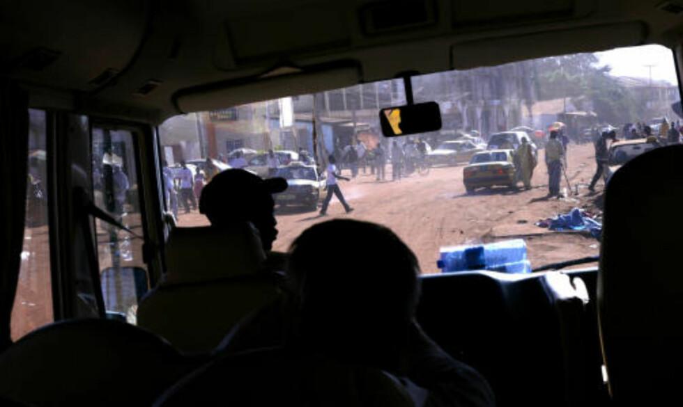 """RUSHTID Slik ser det ut når det er rushtid i en av hovedgatene i Banjul. """"tut og kjør"""" får raskt nytt innhold..."""