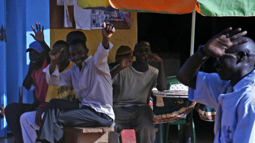 SMIIIL: Smilende og vinkende gambiere hilser til forbipasserende turister. Trass i indre uroligheter og fattigdom, så hilses  turistene hjertelig velkommen til det lutfattige afrikanske landet. Alle foto: Eivind Pedersen