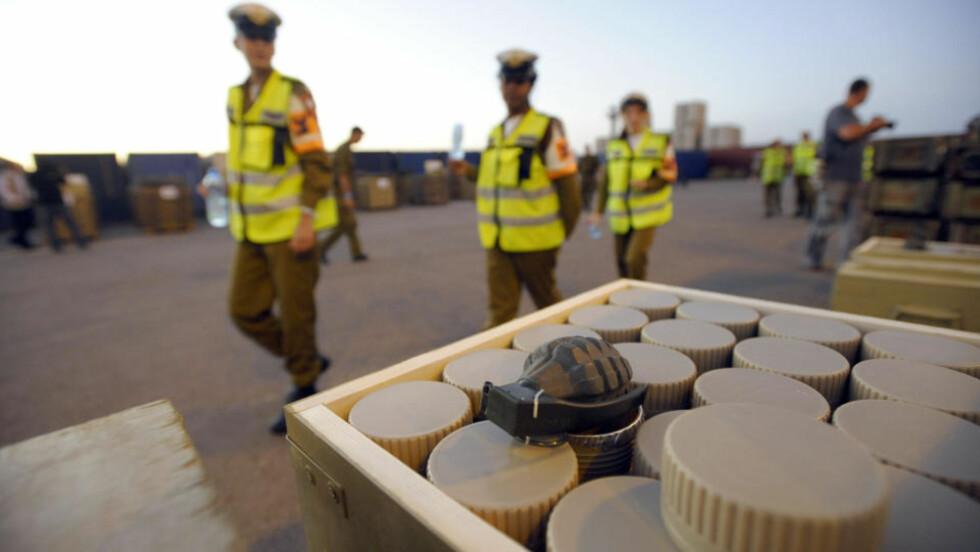 VÅPENFUNN: Granater og landminer var bare noe av det som ble funnet ombord på skipet Francop, som skal ha hatt retning mot Syria. Foto: AFP PHOTO/DAVID BUIMOVITCH/Scanpix