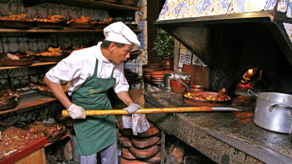 Eld-gammel: Det er steike varmt i kjøkkenet på El Botin, der kokken Celeso Salisi lager de tradisjonsrike rettene. Foto: Eivind Pedersen