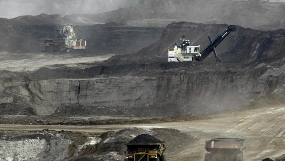 ALBERTA, CANADA: Slik ser det ut på oljesandfeltene i Canada, det eneste stedet i verden der det foreløpig foregår oljesandutvinning. Men oljesand finnes flere steder i verden. Foto: AP/Jeff McIntosh)