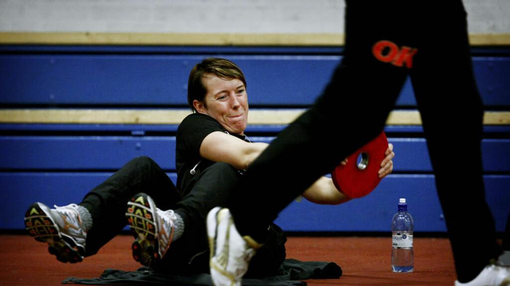 TRENER ALTERNATIVT: Kristine Lunde-Borgersen løftet jern på dagens trening i Viborg. Foto: BJØRN LANGSEM