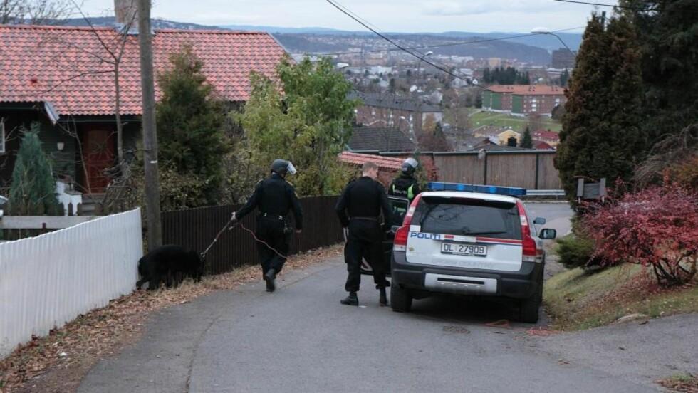 JAKTER GJERNINGSMANN: Politiet søker med hunder etter gjerningsmannen som var maskert og skal ha vært bevæpna med pistol og kniv. Det er ikke kjent om pistolen var ekte. Foto: Truls Grande/FirstFoto