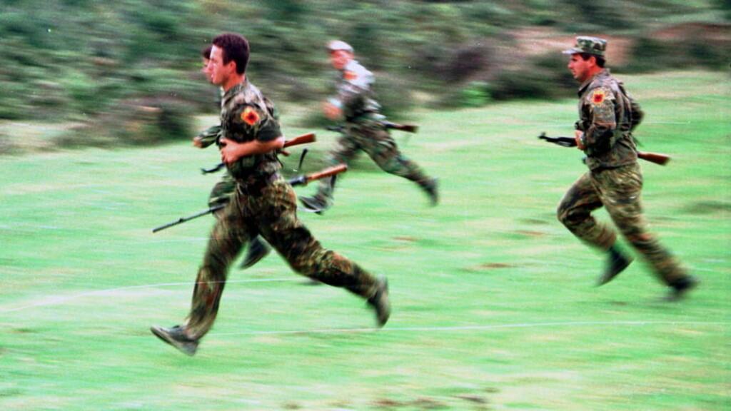 PÅ JOBB: Medlemmer av den kosovoalbanske UCK-geriljaen under trening i Drenica-området i den vestlige delen av Kosovo i 1998. Etter den serbiske offensiven ble UCK tvunget til å legge om til tradisjonell geriljataktikk. Bildene er tatt med et kamera Pål Refsdal fikk låne av geriljaen. Sitt eget utstyr mistet han da han ble skadd i et serbisk bakholdsangrep natta mellom 14. og 15. juni. Foto: Pål Refsdal