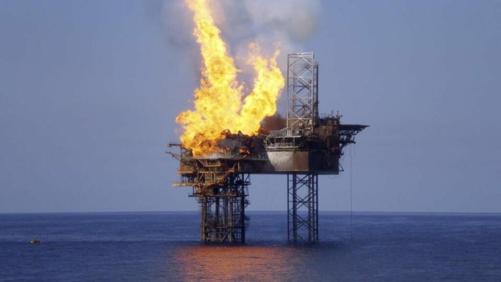 FRYKTER DETTE I LOFOTEN:  Forskningsdirektør Ole Arve Misund ved Havforskningsinstituttet frykter en ulykke som denne, på Montara-feltet utenfor Australia, kan ramme Lofoten dersom området åpnes for oljeboring. Olje og gass lekket i ti uker før det ble stanset. Statoils nordområdesjef mener havforskerne fusker med fakta. Foto: REUTERS/PTTEP/Scanpix.