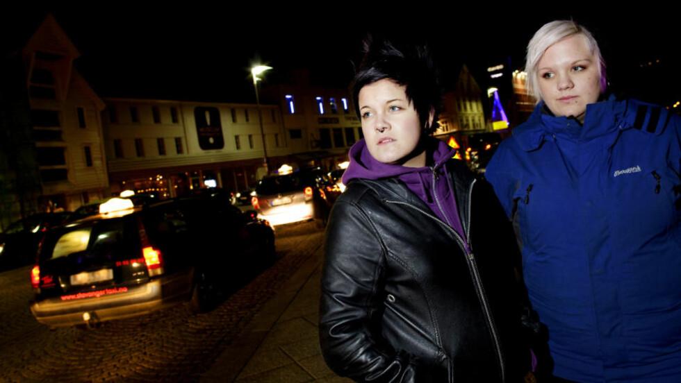 REDDE: Linda Winther (17)(t.v) og Mari Elise Røed (18) er redde for å ta taxi hjem fra bytur. Foto: Lars Myhren Holand / Dagbladet