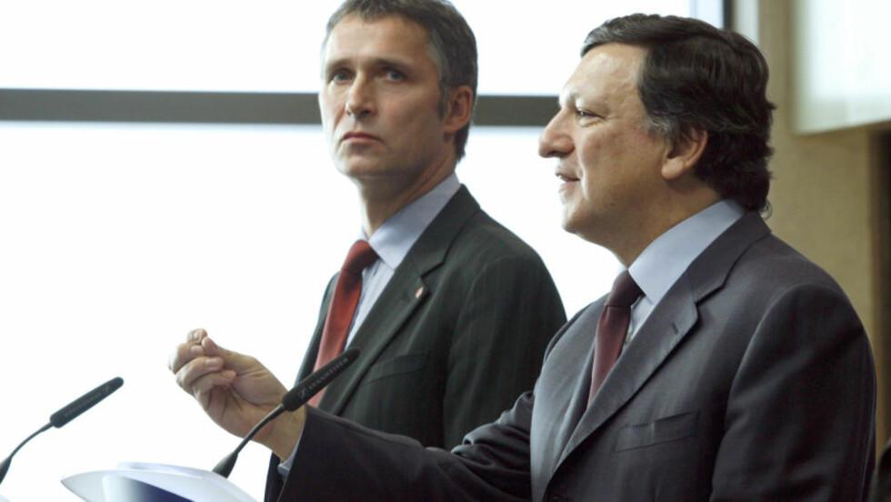 NEI!: Flertallet i Norge vil stemme nei ved en eventuell folkeavstemning om EU-medlemskap, ifølge ny undersøkelse. Statsminister Jens Stoltenberg (t.v) sammen med formannen i EU-kommisjonen Jose Manuel Barroso i Brussel i 2008. Foto: REUTERS/Sebastien Pirlet/Scanpix