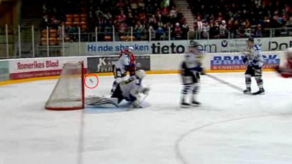 IKKE INNE: Lørenskogs Inge Stokvik (i høyre bildekant) fikk godkjent dette skuddet som gikk i tverrligger og ut som scoring. Det ga Lørenskog ledelsen 4-3 og seinere scoret de 5-3 etter en ny tvilsom dommeravgjørelse.Foto: TV 2 Sporten