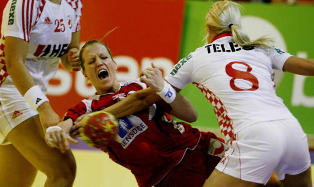 KRIGET PÅ LINJA: Heidi Løke i kjent stil inne på streken mot Kroatia. Larvik-spilleren scoret hele seks på et kvarter mot slutten av kampen.