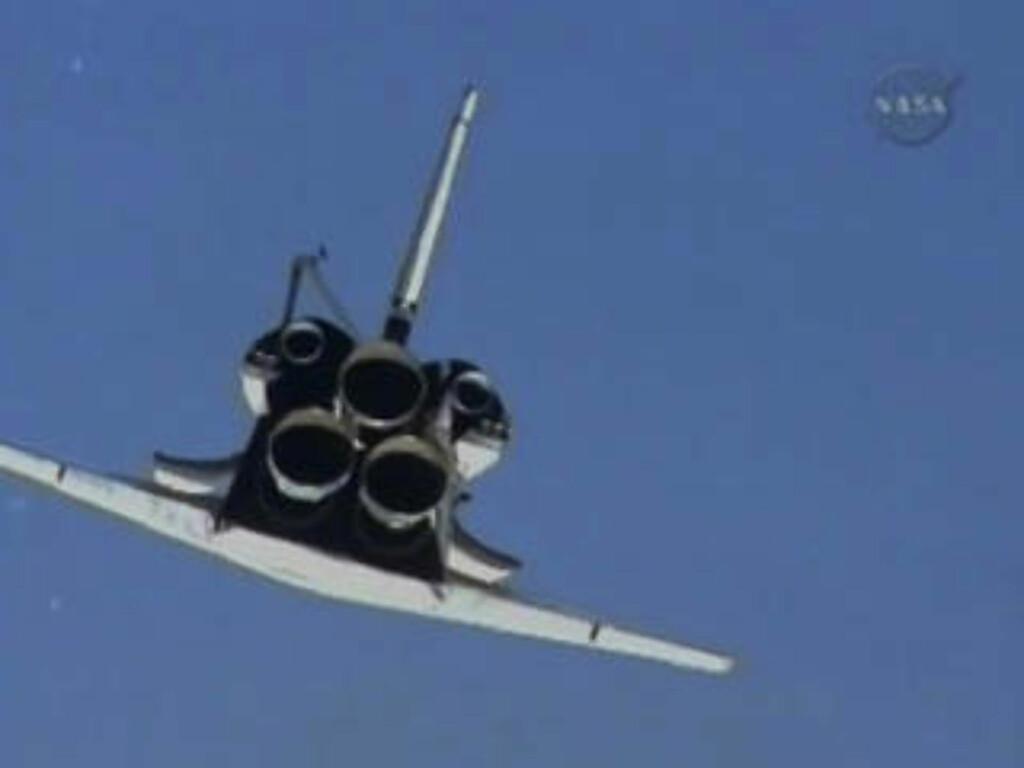 ROMSALTO: Under den såkalte Rendezvous pitch maneuver (RPM) tar romferja baklengssalto, slik at ISS-astronautene kan fotografere undersiden på jakt etter skader. Varmeskjoldet er svært skjørt og kan bli truffet av gjenstander under oppskyting. Foto: SCANPIX/NASA TV