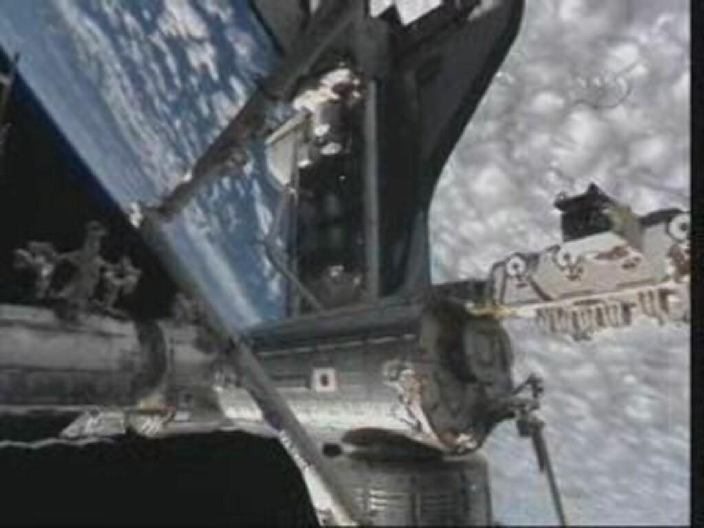 PÅ PLASS: Atlantis har lagt til ISS. Sammenkoblingen skjedde over havet mellom Tasmania og Australia. Foto: NASA TV