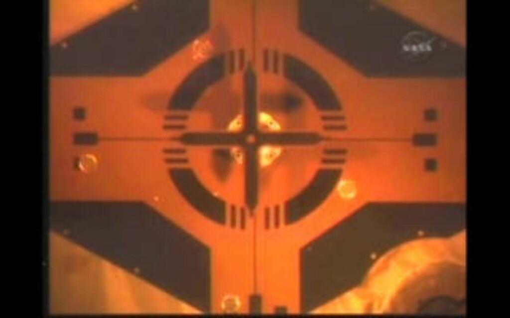 SAMMENKOBLET: Atlantis la til kai på ISS like før klokka 18.00, norsk tid. Foto: NASA TV