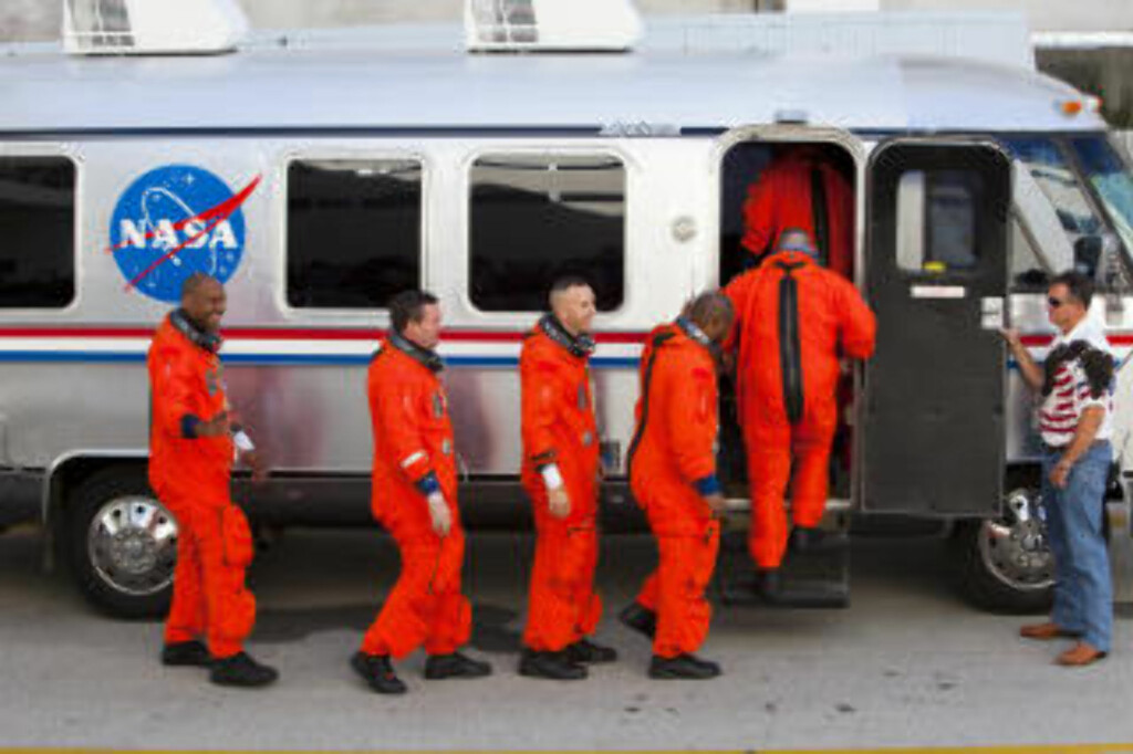 STS-129-ASTRONAUTER: (f.h.) Kommandør Charlie Hobaugh, pilot Barry Wilmore og oppdragsspesialist Leland Melvin, Randy Bresnik, Mike Forman og Bobby Satcher entrer Astrovan-en som kjører dem til oppskytingsplattformen. På turen ned fra ISS får de selskap av NASAs Nicole Stott. Foto: Scanpix/Matt Stroshane/Getty Images/AFP