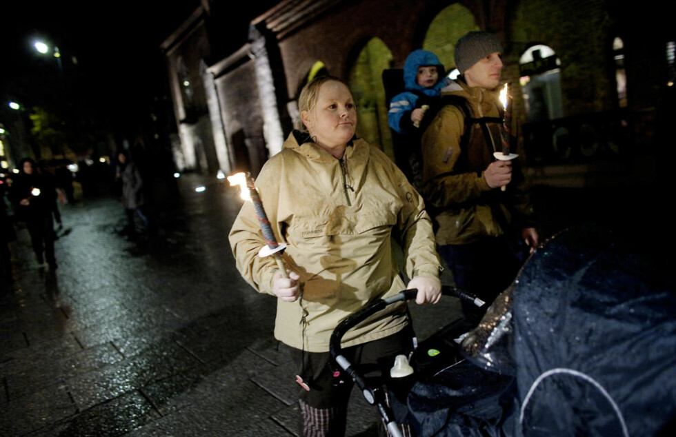 - HAR IKKE TRUA PÅ DET: Det sier Cathrine Woldstad om vaksinen mot svineinfluensa, her med Carosander (2) i bæremeisen og mannen Anders.  Foto: Torbjørn Grønning  / Dagbladet