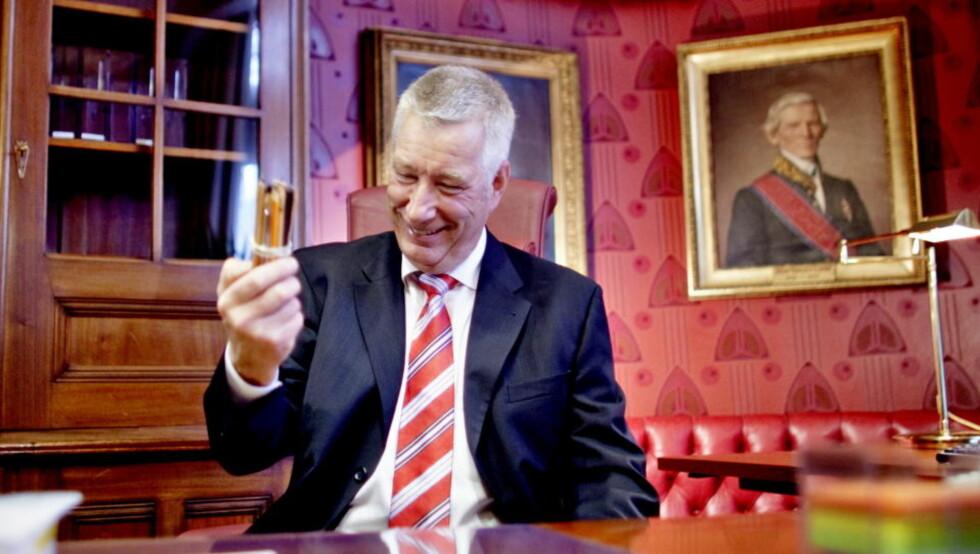 BLID FINANSMINISTER: Sigbjørn Johnsen tar sitt nye kontor i nærmere øyesyn. Finansministeren kan ifølge OECD være verdens første til å føre sitt lands økonomi ut av finanskrisen. Foto: Krister Sørbø / Dagbladet