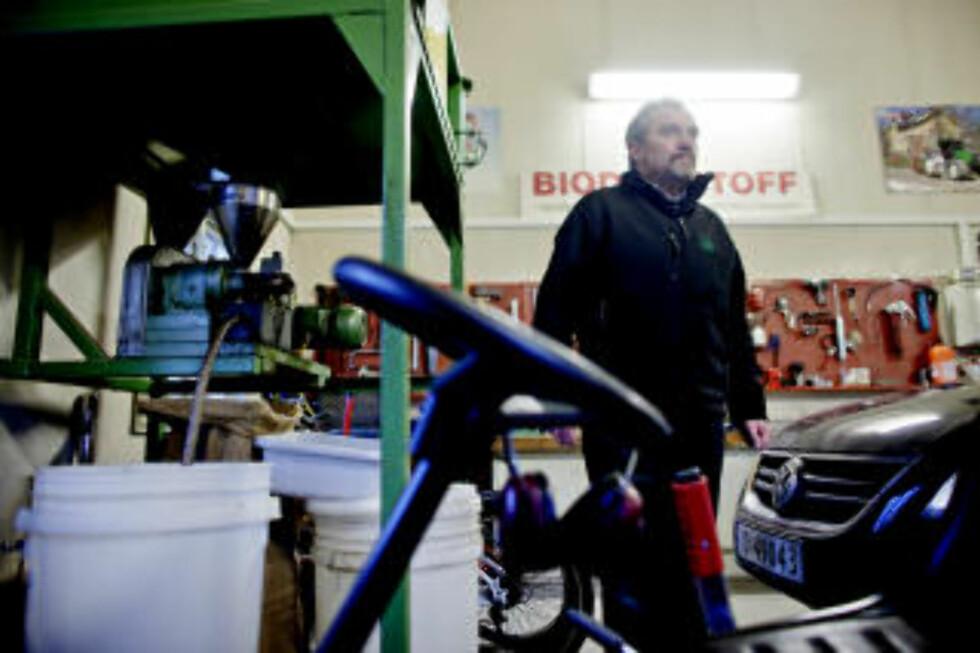 - DET GÅR AN: Både bilen og traktoren til Erik Eid Hohle på Brandbu går på hundre prosent biodiesel, hjemmelaget av frø fra gården. Foto: Krister Sørbø.