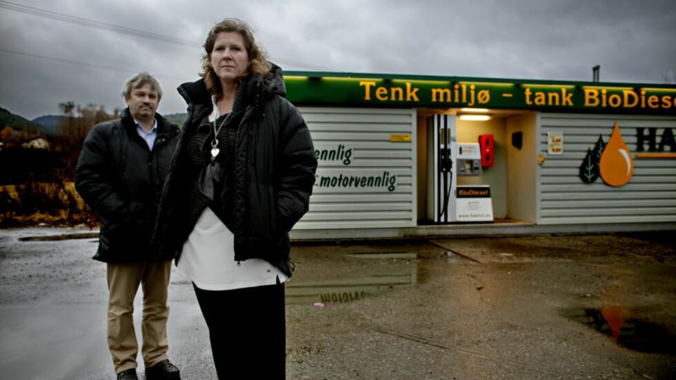 PROTESTERER: - Jeg er skuffa. Jeg forstår ikke argumentasjonen deres, sier Hilde Fivelstad (Ap), ordfører i Jevnaker. Hun får støtte fra ordfører i Ringerike, Kjell B. Hansen (Ap) og flere andre Ap-ledere på Østlandet. Foto: Krister Sørbø.