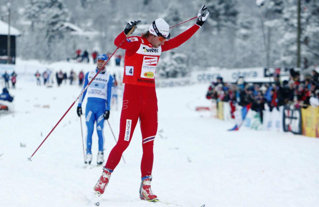 FULL KONTROLL: Petter Northug hadde full kontroll på Ilja Tsjernousov og ledet Norge til seier på stafetten på Beitostølen.Foto: Cornelius Poppe / Scanpix