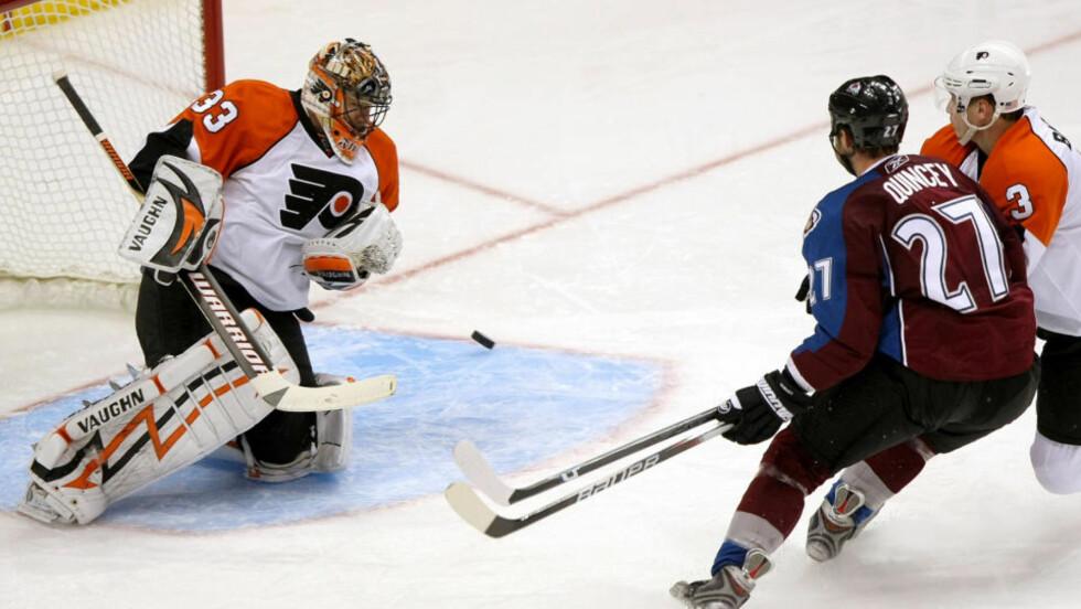 HANG IKKE MED: Keeper Brian Boucher hos Philadelphia Flyers redder et skudd fra Quincey, men Avalanche vant 5-4. Foto: Doug Pensinger/Scanpix