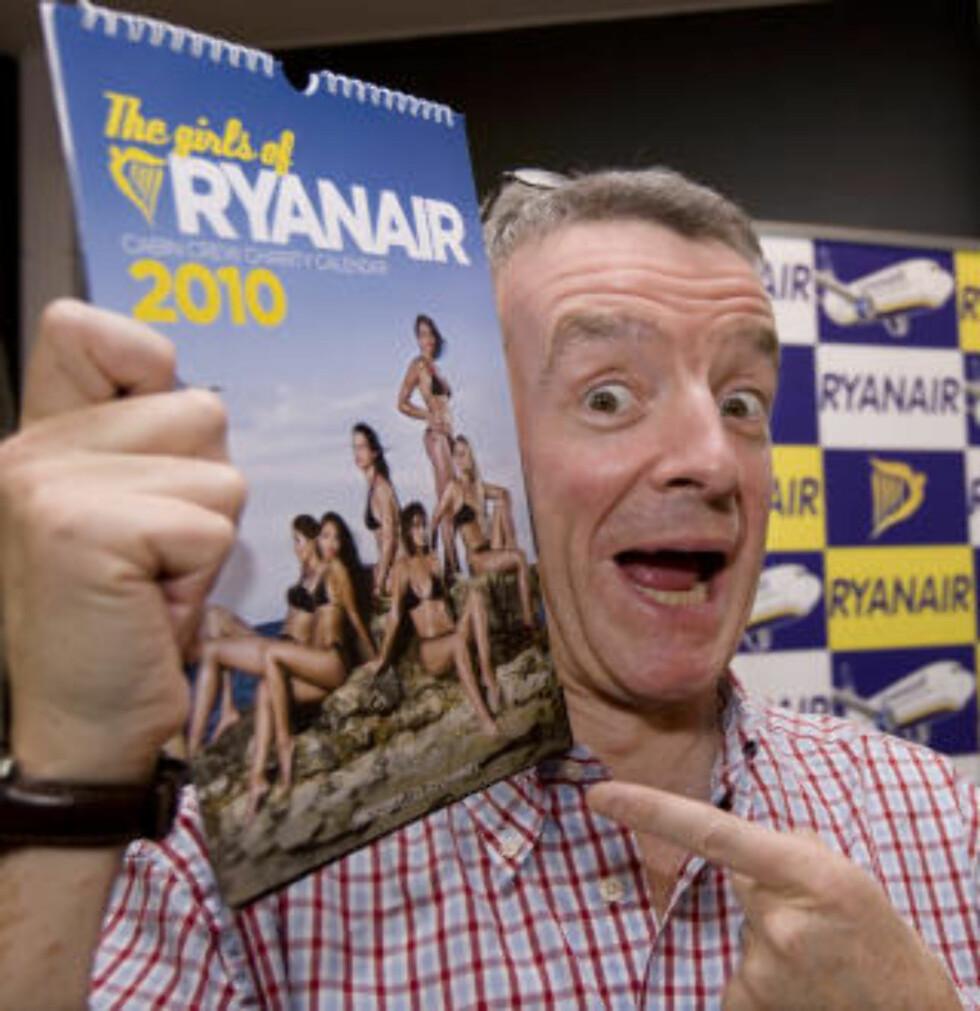 GAVE TIL THON: Michael O`Leary fikk signert bok av Thon. Tilbake fikk hotellkongen neste års kritiserte Ryanair-kalender med et utvalg av selskapets kvinnelige ansatte på. Foto: Bjørn Sigurdsøn / Scanpix